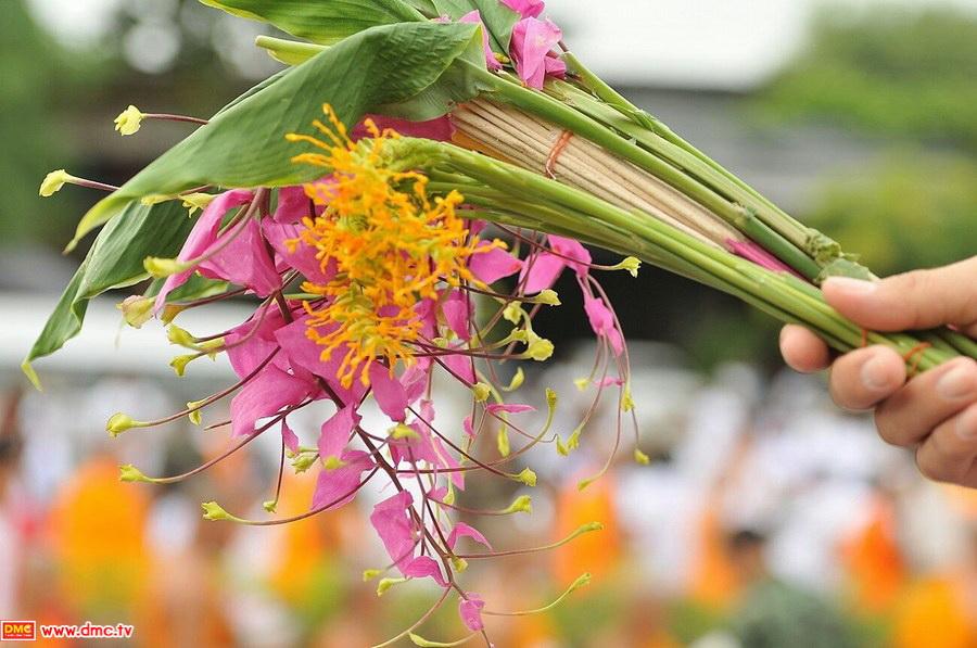 ตักบาตรดอกไม้ พุทธบาท สระบุรีี