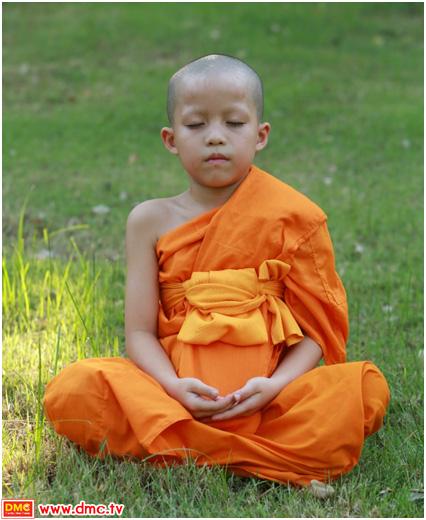สามเณร อชิตะ ทานาแซง ในท่า Peace Position