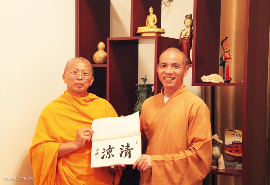 พระธรรมาจารย์อิ้นเล่อ เจ้าอาวาสวัดม้าขาว มอบสำเนาพระคัมภีร์ ๔๒ บรรพ ซึ่งเป็นคัมภีร์แปลเป็นภาษาจีนที่เก่าแก่ที่สุด