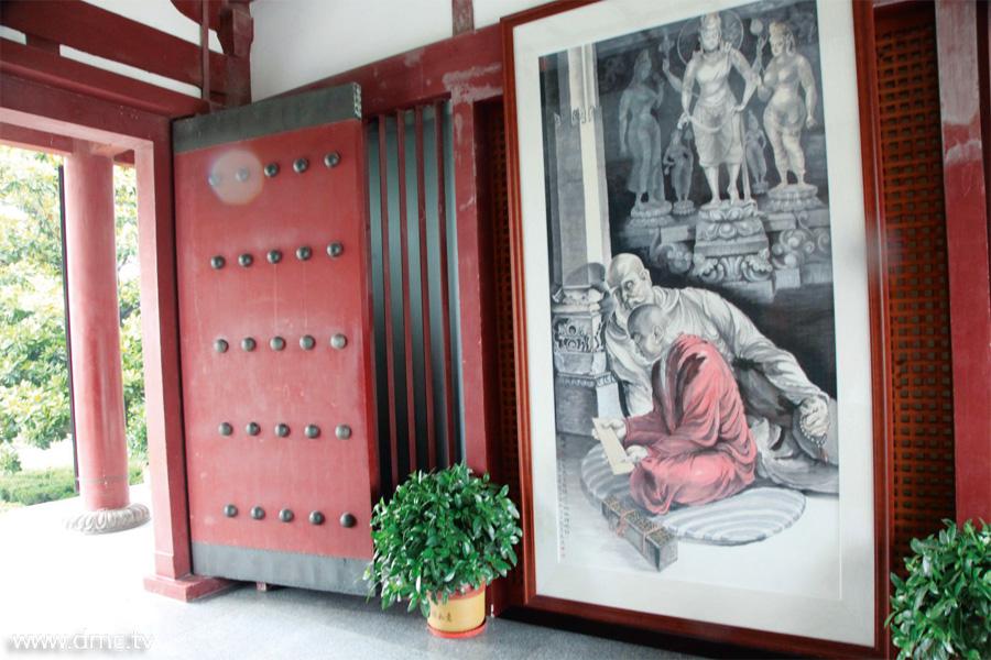 ภาพเขียนขนาดใหญ่วาดโดยศาสตราจารย์เยว้ อวี้ แสดง เหตุการณ์ที่พระภิกษุเสวียนจั้งในวัยหนุ่ม กำลังตั้งใจศึกษา อ่านพระคัมภีร์ต้นฉบับภาษาอินเดีย ณ มหาวิทยาลัย นาลันทา โดยมีพระธรรมาจารย์อินเดียผู้เป็นครู<a href=http://www.dmc.tv/search/อาจารย์  title='อาจารย์' target=_blank><font color=#333333>อาจารย์</font></a> คอยให้คำแนะนำอย่างใกล้ชิด