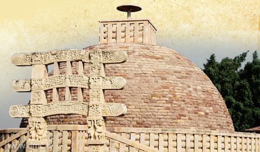 มหาสถูปสาญจี ๓ รัฐมัธยมประเทศ ประเทศอินเดีย พุทธศตวรรษที่ ๓-๑๒ เชื่อกันว่าบรรจุพระธาตุพระสารีบุตรและพระโมคคัลลานะ