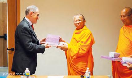 """พระครูวิเทศสุธรรมญาณ วิ. มอบหนังสือ """"สารัตถะศิลาจารึกในประเทศไทย"""" เล่มที่ ๒ และของที่ระลึก แก่ห้องสมุดมหาวิทยาลัยวอชิงตันเป็นธรรมบรรณาการ"""
