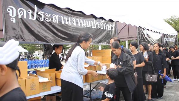 มูลนิธิธรรมกายมอบอาหารและเครื่องดื่มเพื่อบริการประชาชน