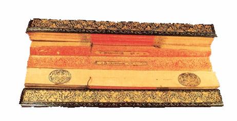 คัมภีร์ขนฺธวารวคฺคปาลิ สํยุตฺตนิกาย ฉบับรดน้ำแดงไม้ประกับลายทองจีนมีสัญลักษณ์ประจำรัชกาล อยู่ที่ริมขวาและซ้ายของลานที่ใบปกรองและใบปกหลังของคัมภีร์แต่ละผูก