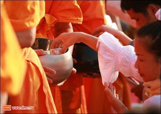 ตักบาตรพระถวายเป็นพุทธบูชา รักษาวัฒนธรรมชาวพุทธ