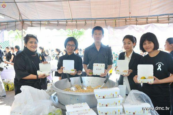 มูลนิธิธรรมกายแจกอาหารประชาชนเข้าสักการะพระบรมศพในหลวงรัชกาลที่9