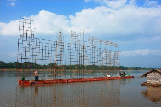 ประเพณีไหลเรือไฟ เรือประกอบไปด้วยไม้ไผ่ กับผ้าชุบน้ำมันยาง