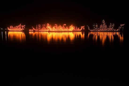 ประเพณีไหลเรือไฟเป็นประเพณีของชาวอีสานริมฝั่งแม่น้ำโขง
