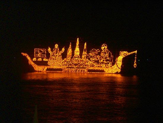 งานประเพณีไหลเรือไฟ นิยมปฏิบัติกันในเทศกาลออกพรรษา
