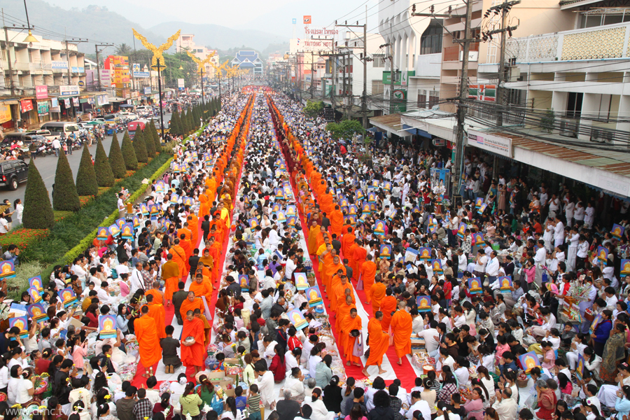 The Morning Alms Round to 10,000 Monks from Three Countries at the Northernmost of Thailand