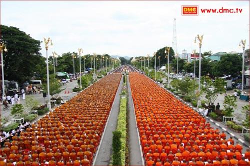ประเพณีตักบาตรดอกไม้  วัดพระพุทธบาท สระบุรี
